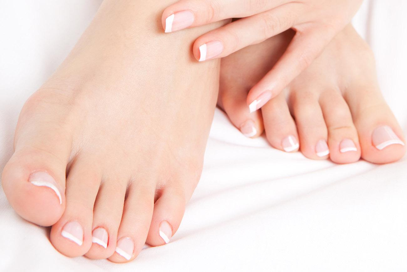 a lábujjak közötti bőr nedves lesz)